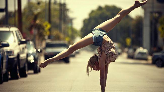 Акробатика - это набор гимнастических упражнений, тренирующих мышцы