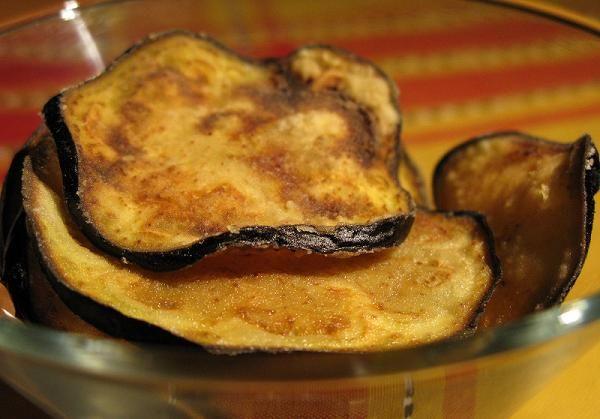 Жареные чипсы из баклажанов