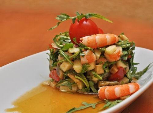 Диетический салат из креветок и авокадо