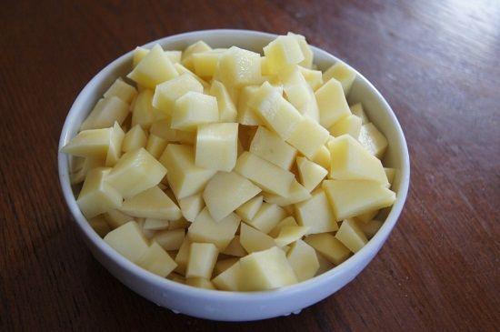 Украинский красный борщ: картофель