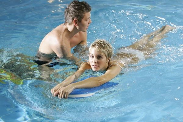 Как научиться плавать? Способы обучения в водоемах и бассейне