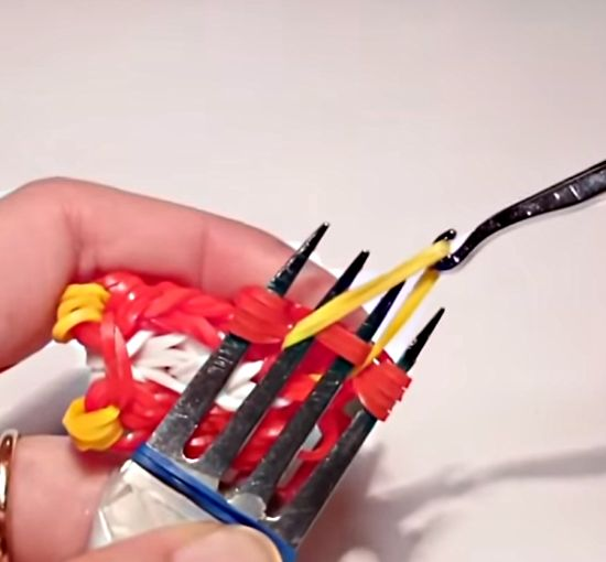 Как сделать из резинок сову на вилках?