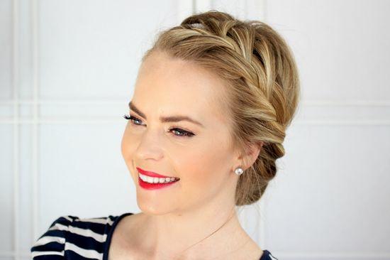 Как поэтапно заплести французскую косу самой себе и другим: вариации на бок, коса наоборот, две косы, прическа с лентой
