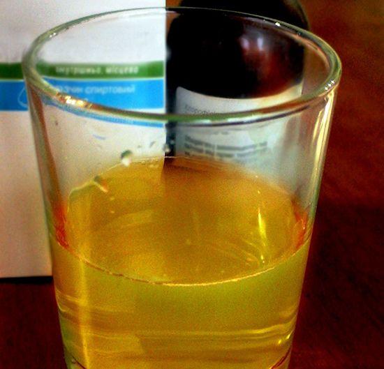 O soluție bazată pe etanol sau apa, produce un mic sticle de culoare închisă