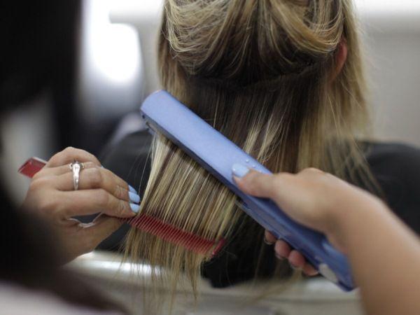 Как сделать волосы прямыми? Особенности выпрямления волос в условиях салона и дома