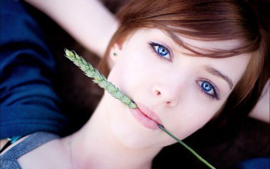 Какой цвет волос подходит к голубым глазам с зеленым и серым оттенком?