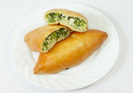 Пирожки с луком и яйцом родом из детства: рецепты приготовления на сковороде и в духовке