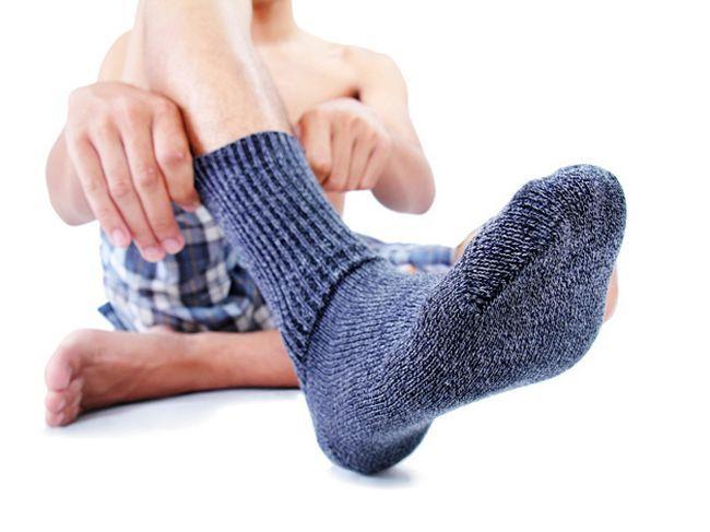 Spocone stopy: co robić? Dlaczego pocenie i nieprzyjemny zapach stóp?