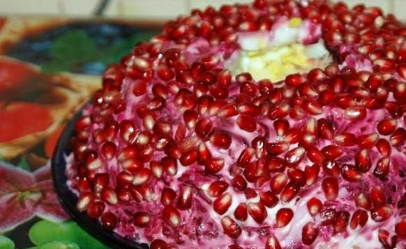 Салат Гранатовый браслет с черносливом и орехами
