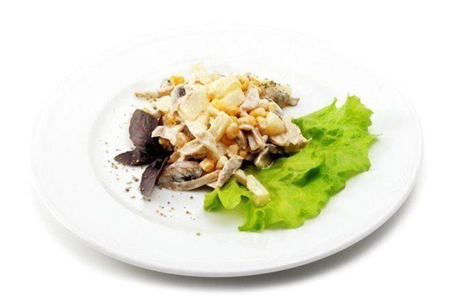 Салат из салата и кукурузы: рецепты. Как приготовить салат из салата микс с семгой и кукурузой?