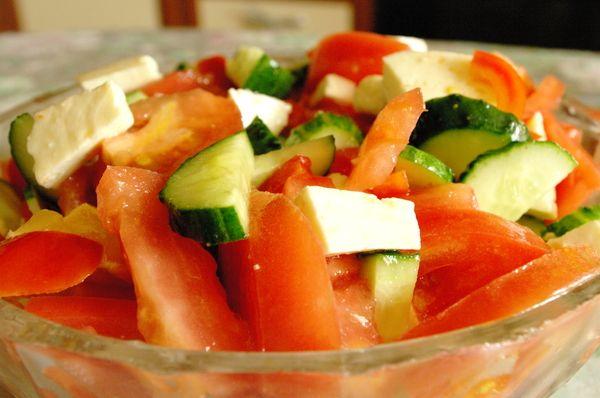 Салат с помидорами и огурцами. Варианты рецептов блюда и его калорийность
