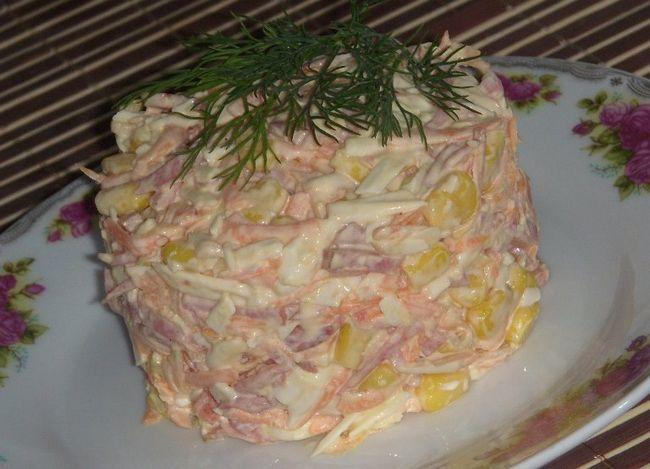 Салат с колбасой и яйцами
