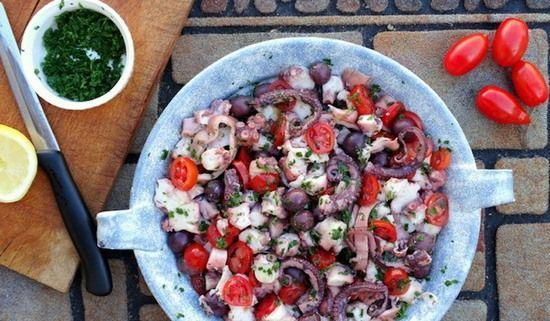 Салат с фасолью из банки и осьминогом