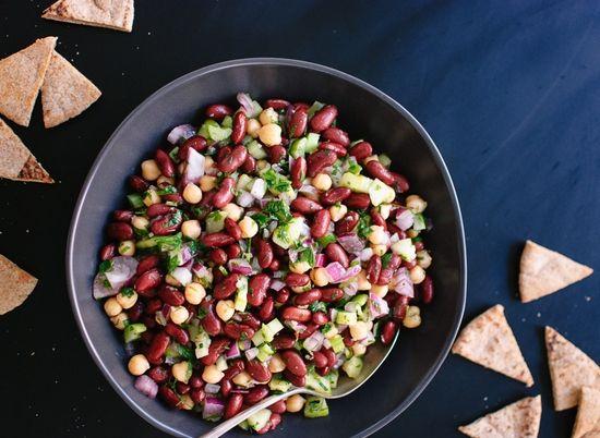 Простой салат с консервированной красной фасолью