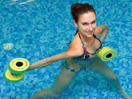 Aerobik wodny: korzystanie z aqua aerobiku i ćwiczeń fizycznych