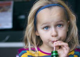 Злоупотребление сладкими напитками ведет к раннему проявлению менструаций у девочек